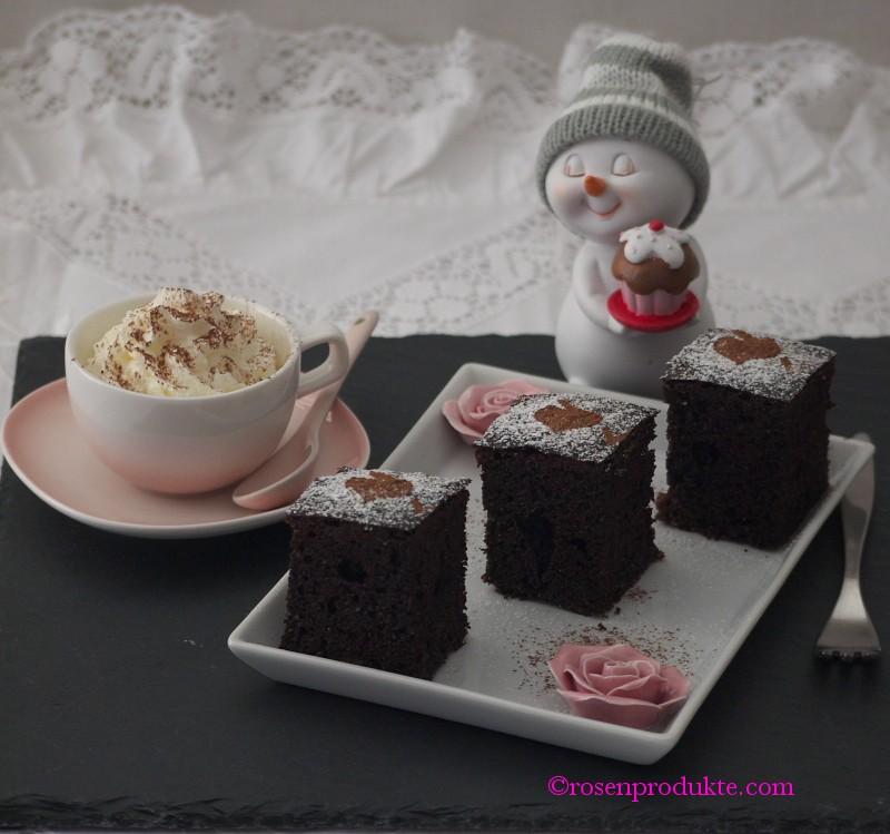 Schoko Kirsch Kuchen auf eckigem Teller