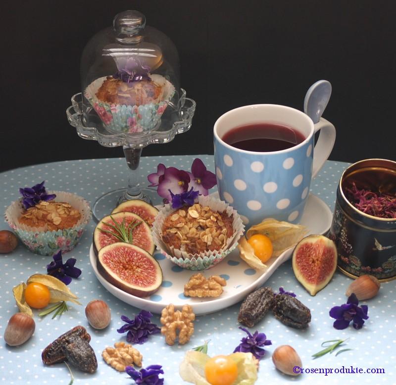 Kleine Törtchen mit blauer Teetasse
