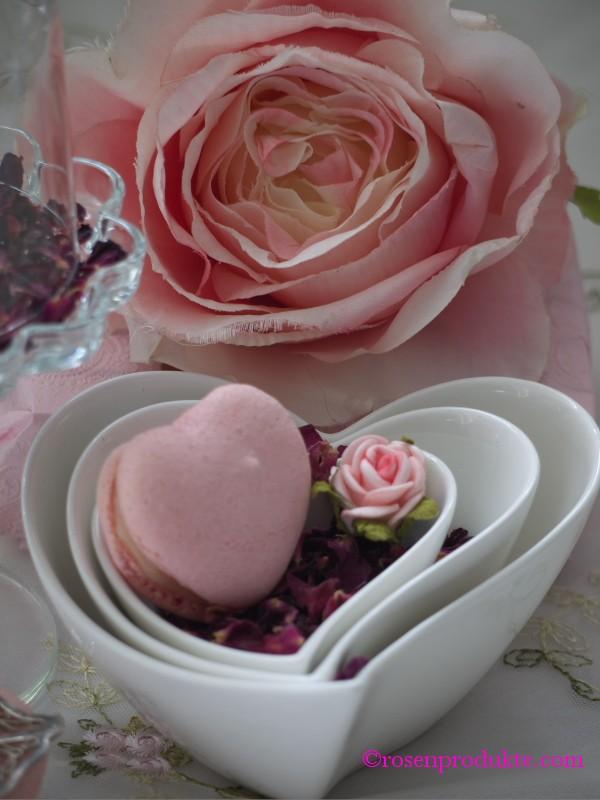 Herzschalen ineinander mit Rosenblüten und Macarons