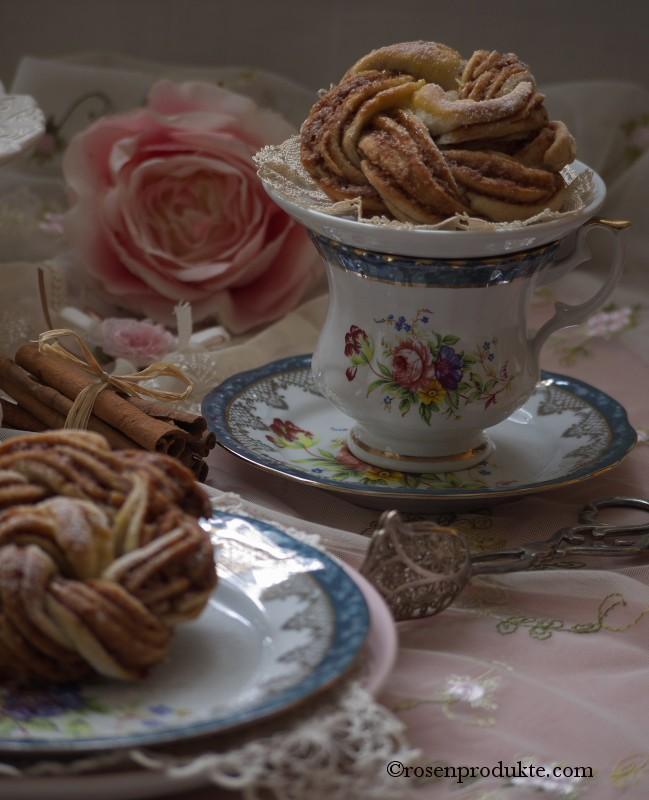 Tasse Kaffee mit Hefeteigrose rosen essen