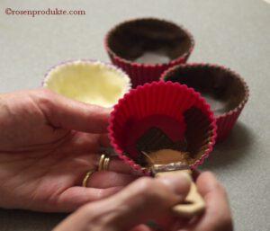 Silikonförmchen auspinseln mit dunkler Schokolade
