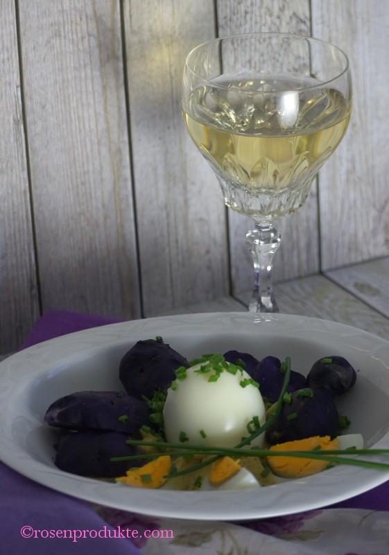 Teller mit violetten Kartoffeln und Eier in Senfsoße