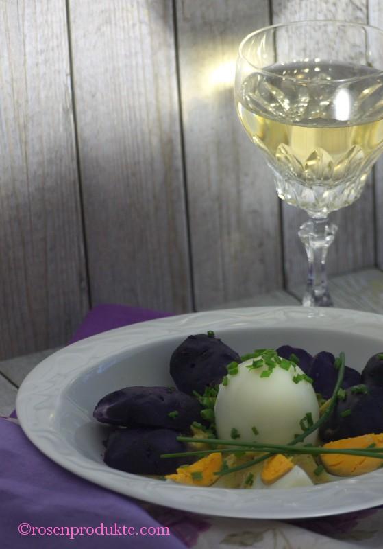 Ei in Senfsoße mit einem Glas Weißwein