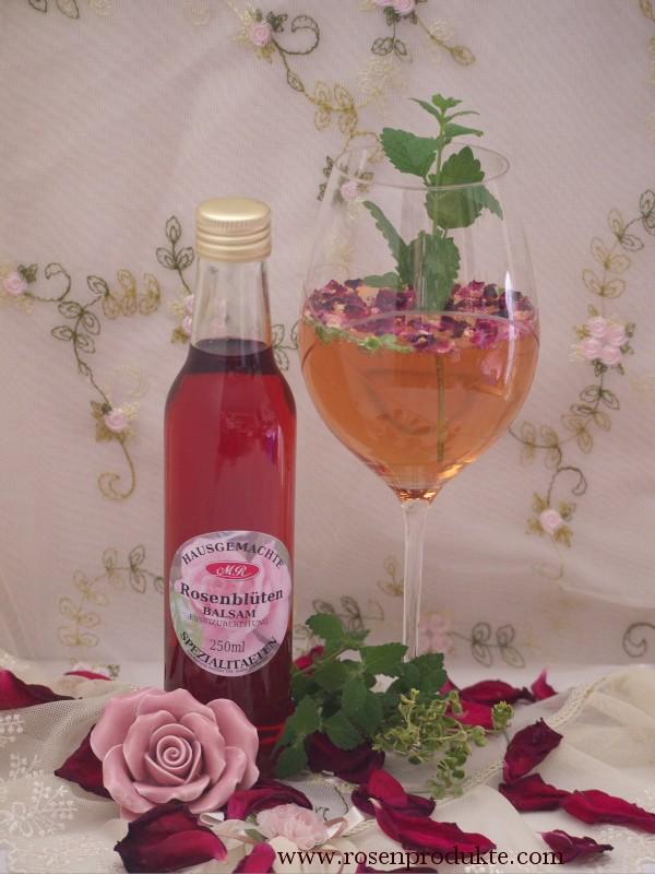 Romativo Aperitiv im Glas mit Rosenblüten