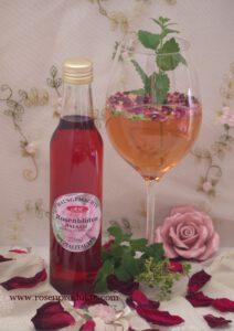 Rosen Cocktail Romativo mit Rosenbalsam und Zitronenmelisse im Glas