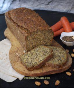 Eiweiss Brot auf Holzbrett mit Leinsamen