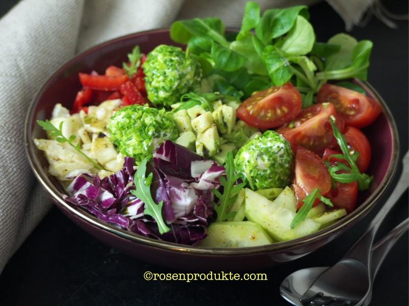 Salatschüssel mit Frischkäsebällchen