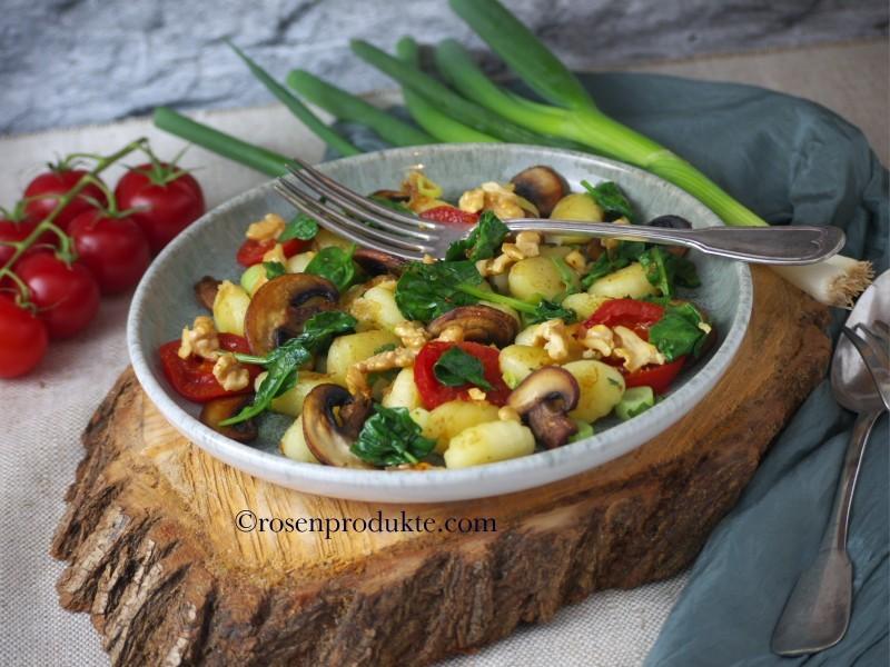 Gnocchi - Pfanne mit Pilzen, Tomaten und Spinat und Zitronensalz