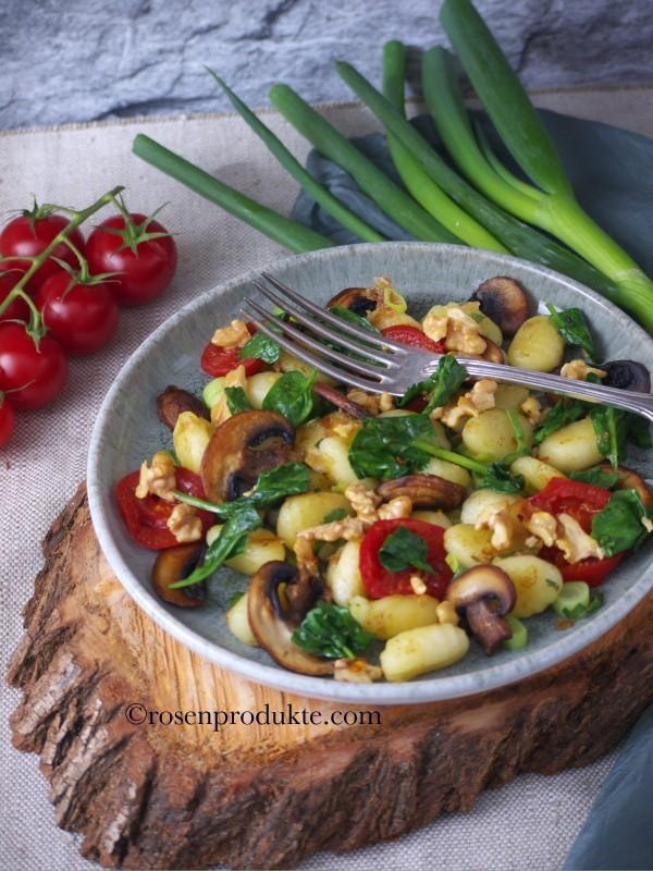 Teller auf Baumscheibe mit Gnocchi -  Pfanne und Zitronen-Pfeffer