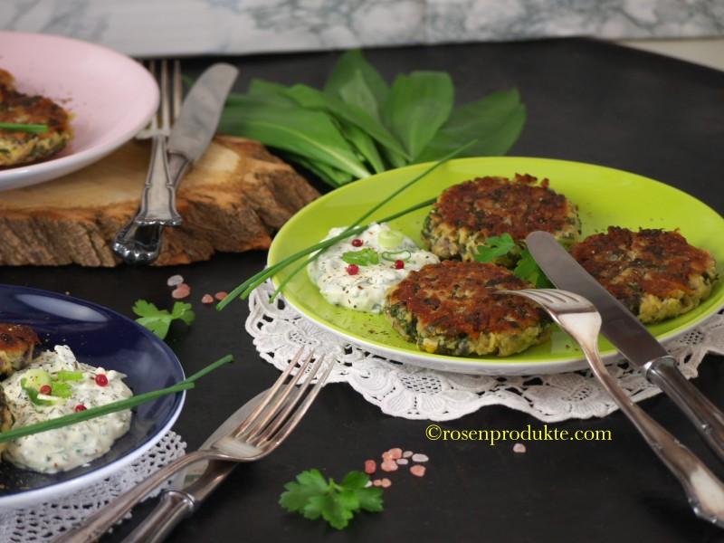 Grüner Teller mit 3 Blinis und Besteck