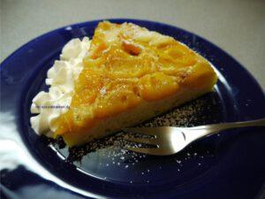 Ein Stück Aprikosenkuchen mit Sahne